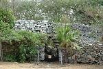 Le mur d'enceinte et la maison au cénote