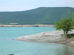 Le lac du barrage de Yesa