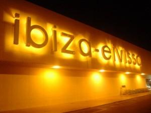 Enseignes lumineuses de l'aéroport d'Ibiza