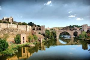 Le Pont Saint Martin et le monastère de San Juan de los Reyes à Tolède.