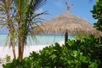 Parasol en branches de palmiers, île du soleil levant