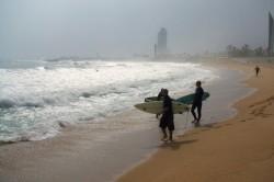 Surfeurs sur la plage de Barcelone